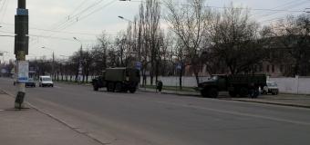 В Николаеве из ВЧ на ПГС выехали две грузовые машины с солдатами. Фото