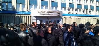 В Луганске митингующие захватили здание СБУ. Видео