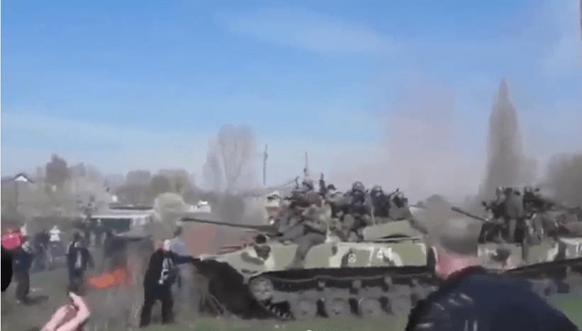 В Краматорске женщина остановила колону танков. Видео