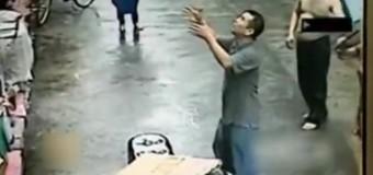 В Китае уличный продавец поймал выпавшего из окна младенца. Видео