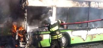 В Москве во время движения загорелся рейсовый автобус. Видео
