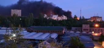 В центре Мариуполя горят шины. Видео