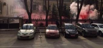 Посольство Украины в РФ закидали файерами. Видео