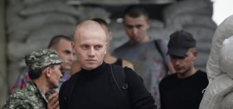 Ополченцы выдают пленных лично в руки родственникам. Видео