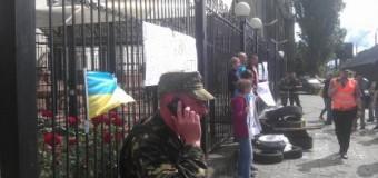 Возле посольства России в Киеве прошел пикет с покрышками и «коктейлями Молотова». Видео