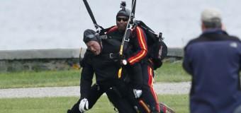 Буш-старший на свой 90-летний юбилей прыгнул с парашютом. Видео