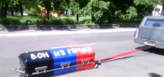 Мариуполь: по улицам возили гроб с надписью «Вон из города». Видео