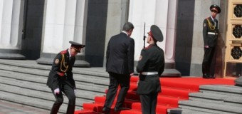 Конфуз на инагурации Порошенко: Солдат уронил ружье. Видео