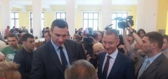 Мэр Киева теперь сидит на «двух стульях». Фото