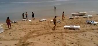В Одессе отдыхающих смыло в море цунами. Видео