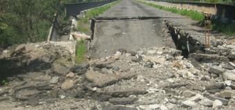 Неизвестные взорвали мост через реку Северский Донец. Фото