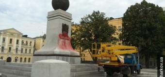 В Харькове неизвестные облили «кровью» памятник независимости Украины. Фото