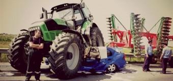 В результате аварии трактора, маршрутки и автомобиля погибли трое. Видео