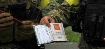 Жители Славянска выдают пособников боевиков силам АТО. Фото
