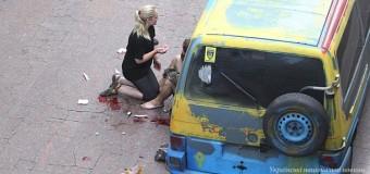 В Киеве неизвестный бросил гранату в Украинский дом. Видео
