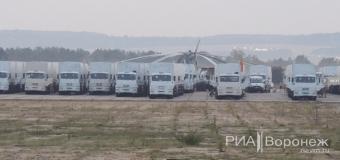 Сотни российских гуманитарных грузовиков «заночевали» в Воронеже. Фото