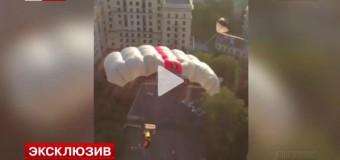 Повесивший Украинский флаг в Москве на высотке спрыгнул с нее с парашютом. Видео