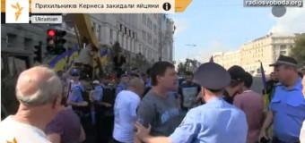 У горсовета в Харькове летали яйца и лилась вода. Видео