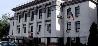 «Художники» добрались до забора посольства РФ в Украине. Видео