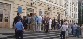 В Запорожье под мэрией неизвестные в камуфляже и балаклавах митингуют против депутатов. Фото