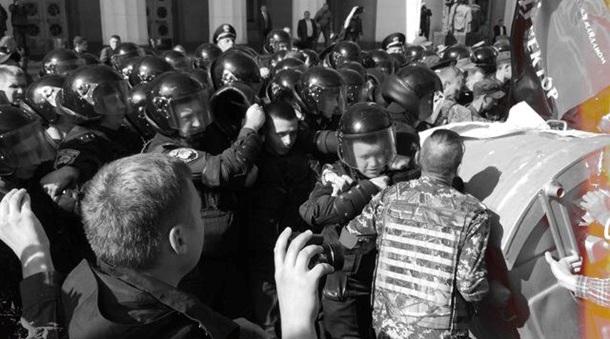Под парламентом подрались Правый сектор и Нацгвардия. Видео