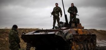 Сепаратисты на фоне разбитой украинской техники в Новокатериновке. Фото