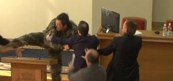 После драки в Кременчугском горсовете был госпитализирован депутат. Видео