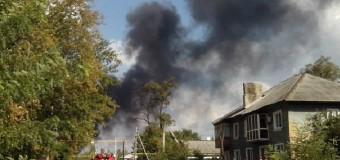 Донецк: В результате обстрела горит завод. Видео