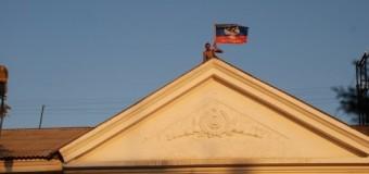 Ополченцы установили флаг ДНР в Комсомольском. Фото
