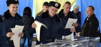 Бойцов Нацгвардии отпустили проголосовать. Фото