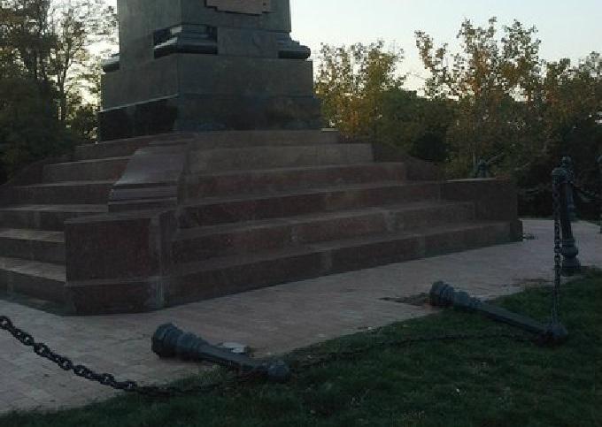Одесса: Неизвестные вандалы посягнули на колонну российского императора. Фото