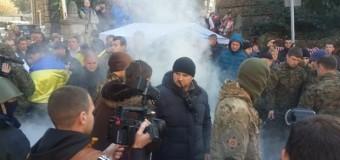Под резиденцией Порошенко сегодня жгли шины. Фото
