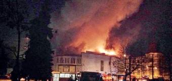 В Киеве подожгли старейший кинотеатр «Жовтень». Видео