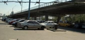 В Киеве с Шулявского моста на проезжую часть рухнул автомобиль. Фото