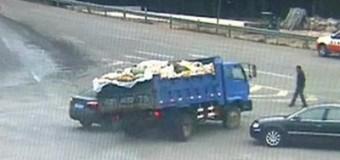 В Китае мужчина чудом избежал гибели в ДТП. Видео