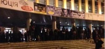 Второй день протеста: толпу противников Ани Лорак отогнали выстрелами. Видео