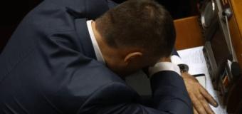 Экс-регионал вздремнул на открытии Рады. Видео