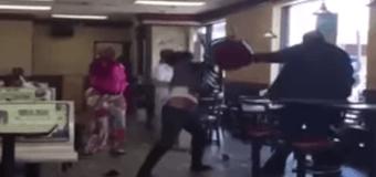 В США две женщины в «McDonald`s» подрались с персоналом. Видео