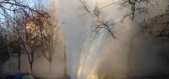 В Киеве из асфальта бил 10-метровый фонтан. Фото