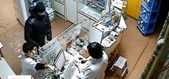 Аптекарша во Львове не позволила вооруженному грабителю забрать деньги. Видео