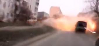 В эпицентре обстрела Мариуполя: водитель чудом не попал под снаряд. Видео