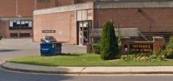 В США двое учащихся ранены в результате перестрелки возле школы. Видео