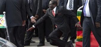 С президентом Зимбабве Робертом Мугабе произошел несчастный случай. Видео