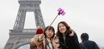 Эйфелева башня стала самым популярным фоном для селфи. Видео