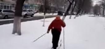 «Лыжню прокладываю»: 70-летняя бабушка передвигается по городу на лыжах. Видео