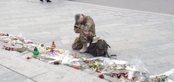 Слезы героя: боец АТО оплакивает погибших друзей на Донбассе. Фото