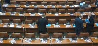 Депутатов завалили снимками сомнительного мяса, которым кормят детей. Фото