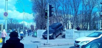 В Харькове водитель Lexus ошарашил горожан, срезав путь через сквер. Фото