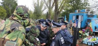«Правый сектор» не пустил мэра Кривого Рога на панихиду по погибшим. Фото