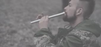 Музыка воинов: доброволец исполнил эмоциональную композицию на сопилке. Видео